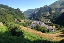 Le village vu depuis la route qui le surplombe.
