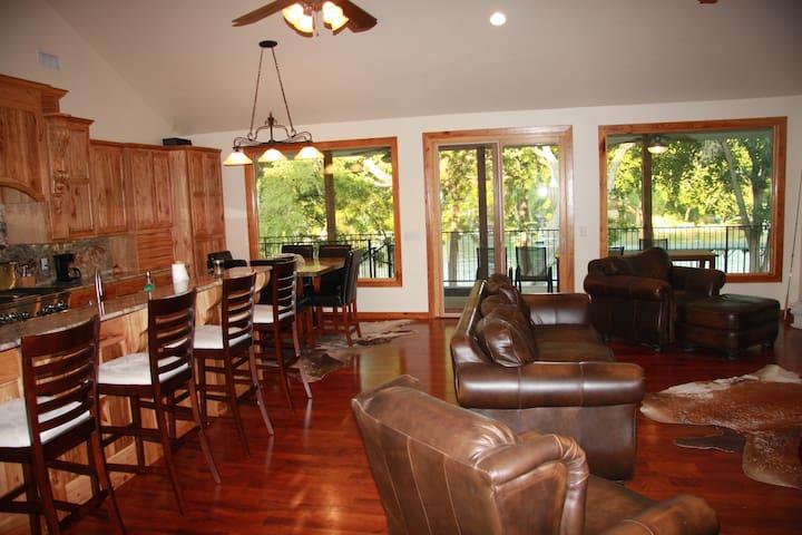 4/2 House on Lake Dunlap - New Braunfels - House