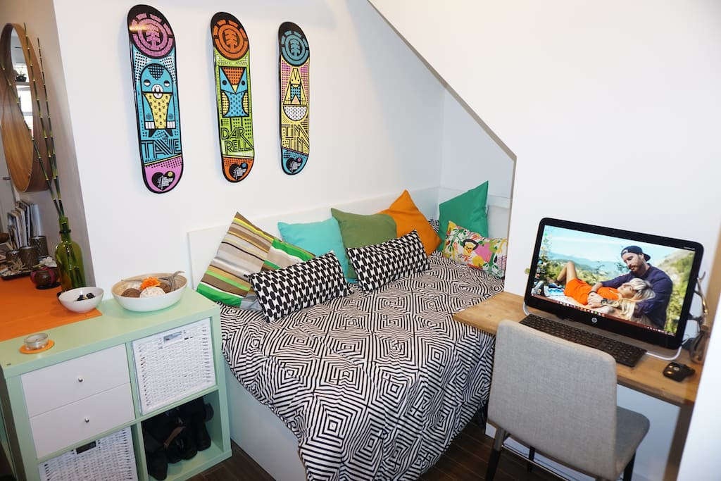 Computer access & day bed.