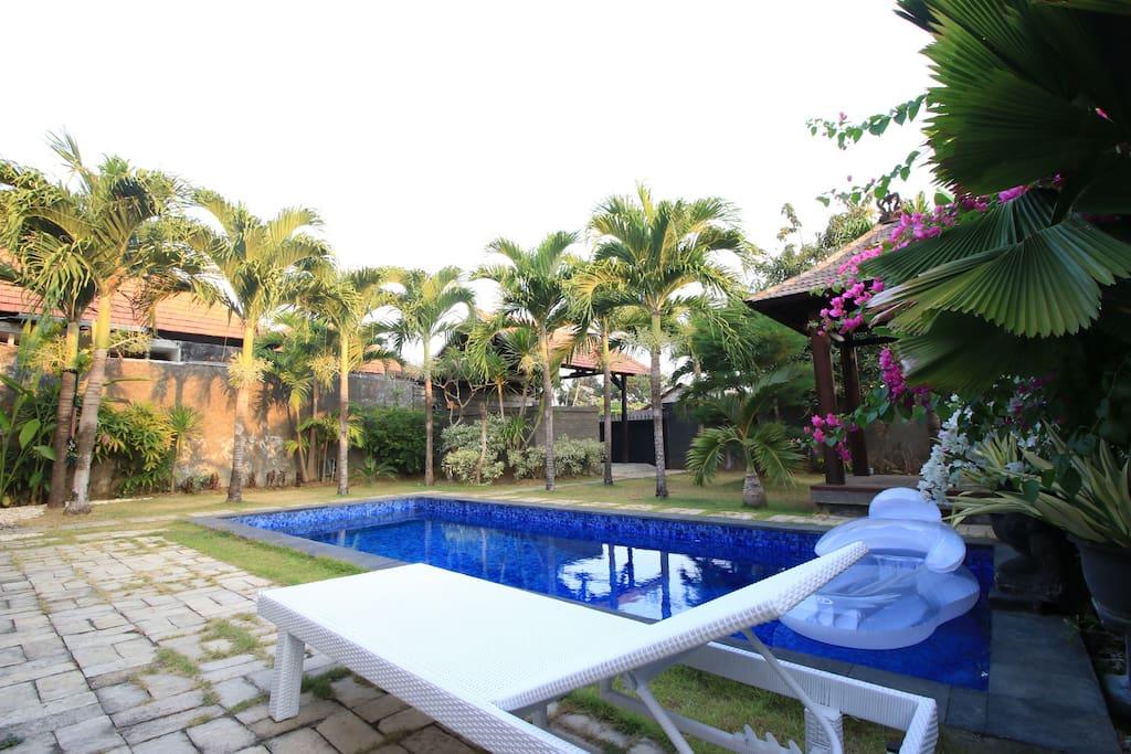Villa avec piscine de 2 chambres coucher modernes for Chambre a coucher entiere