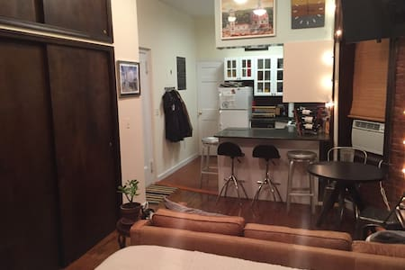 This is a beautiful, classic studio apartment in the heart of the West Village. Amazing location for dining, shopping, and exploring Manhattan's best neighborhoods.