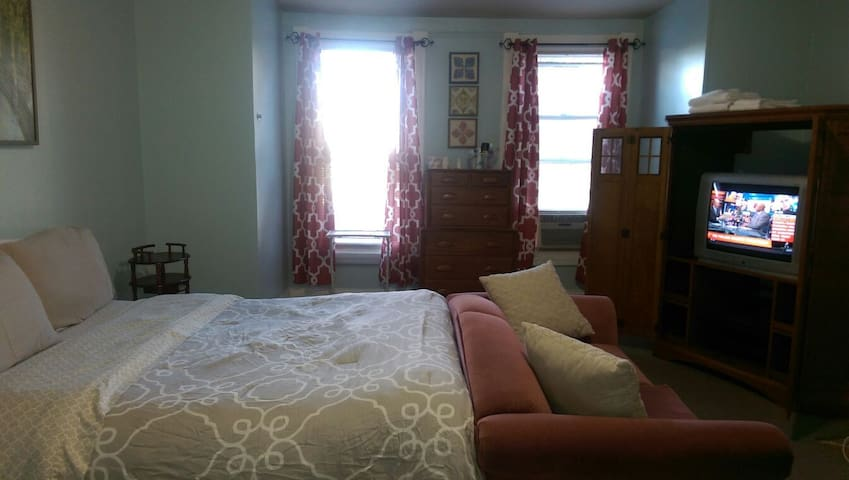 Basic Crash Pad 4  $200 Weekly - Baltimore - House