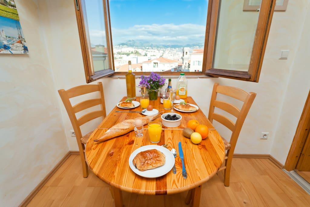 beim Essen den Blick über Nizza und die Alpen genießen