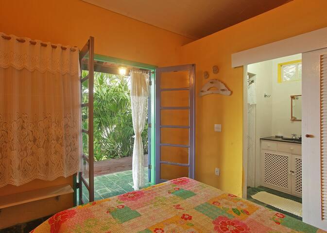 Quarto amarelo 4 com banheiro e vista .