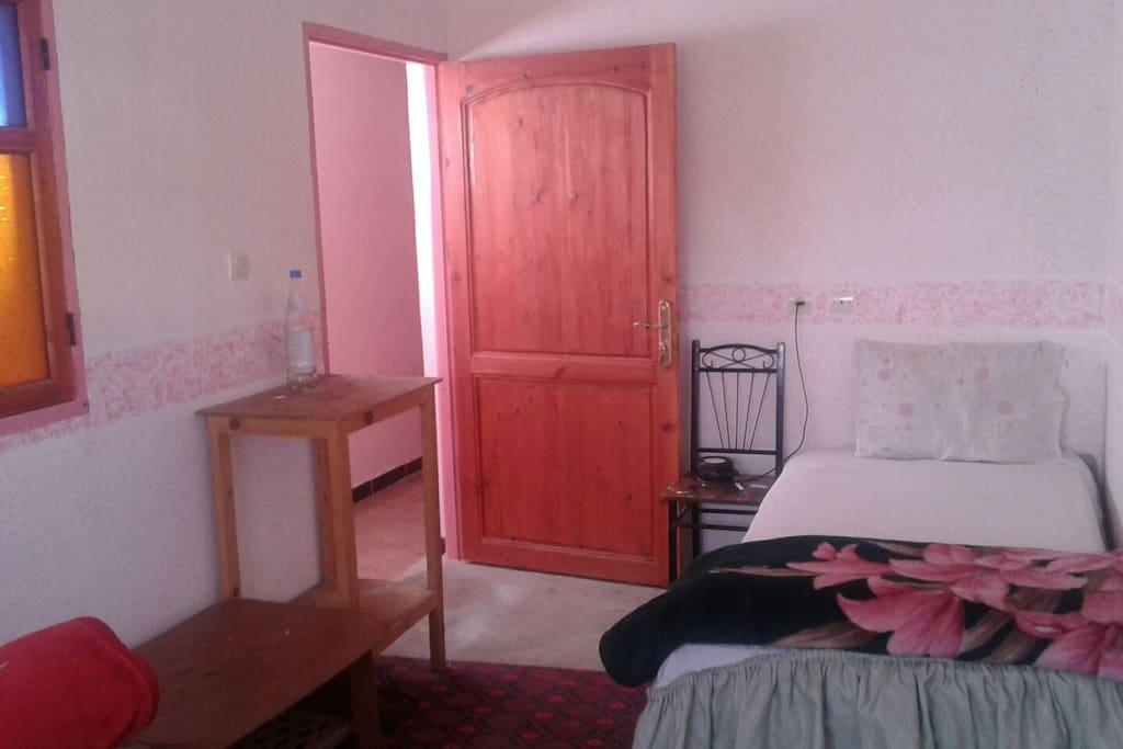des chambre individuelles avec lit simple ou double, entourant un puits de lumière
