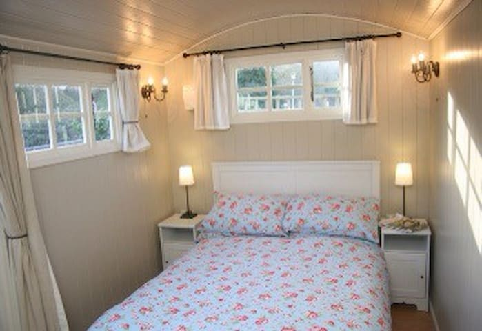 Romantic  En suite Shepherds Hut with wood burner - Porlock - Cabana