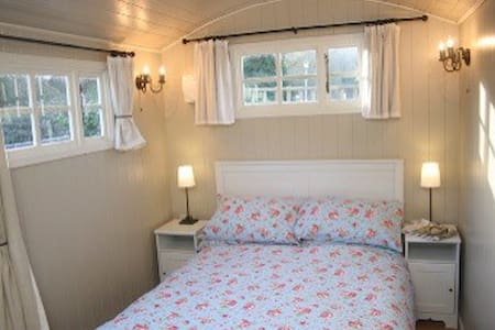 Romantic  En suite Shepherds Hut with wood burner - Porlock