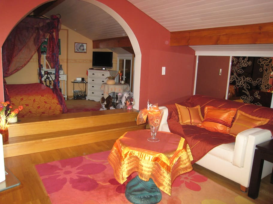 Chambre et salle de bain priv e houses for rent in anthy for Chambre french translation