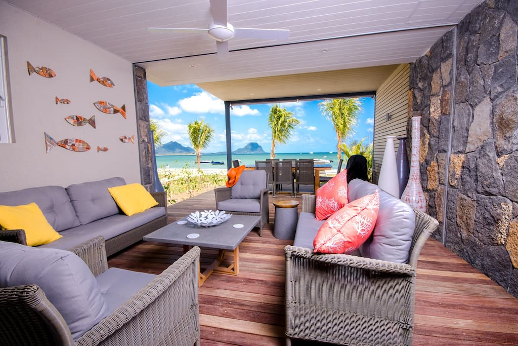 Breathtaking view on Le Morne mountain and the ocean from the living room