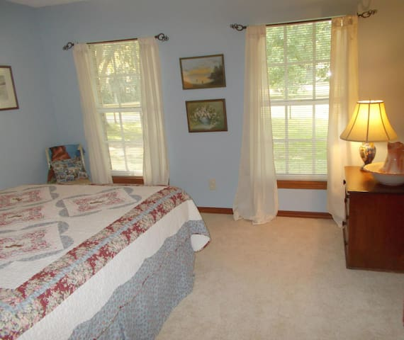 Comfortable room with Queen Bed - Edgewater