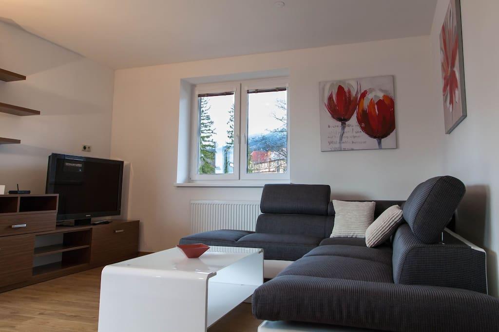 obývačka s rozkladacím gaučom  pre príjemné posedenie