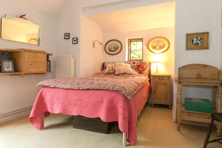 Charming room in great location - Badshot Lea