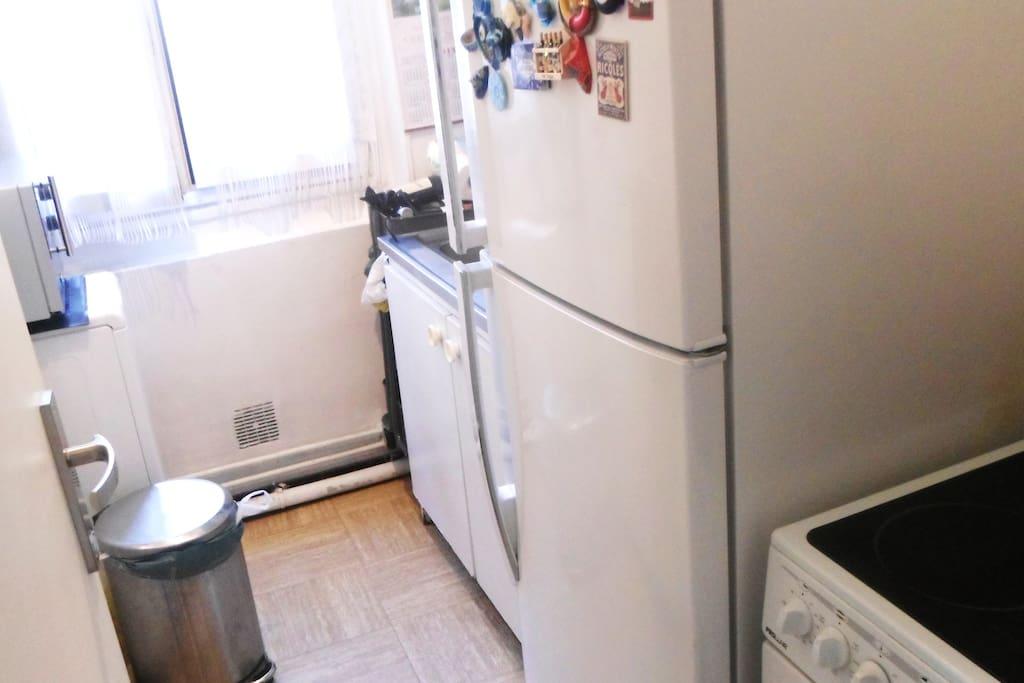 Cuisine: Grand frigo + cuisiniére électrique + machine à laver+ Micro ondes.