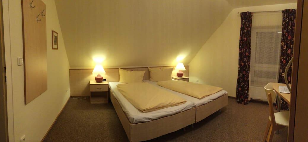 Zweibettzimmer Pension Heideblüte - Hambühren - House