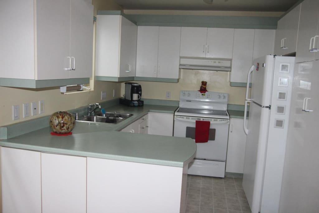 poêle, frigidaire et lave vaisselle, avec les ustensiles à portée, four et microonde