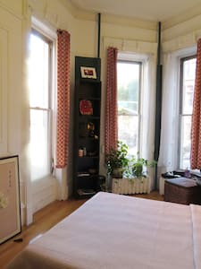 Charming sunny room in a 1 B/R apt in historic Park Slope corner Brownstone. Convenient to restaurants and shops Food Coop Union gourmet mkt, Saturday green mkt, Prospect Park, zoo, botanical gardens, museums, Barclays Center, subway 2/3 4/5 R train.
