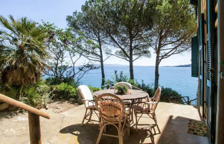 Romantic apartment by the sea at Villa Rosetta