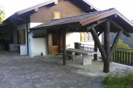 Villa tra il lago di Como e Lugano