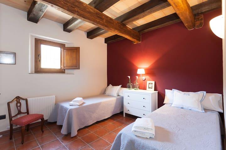 Habitació 2. Bedroom 2