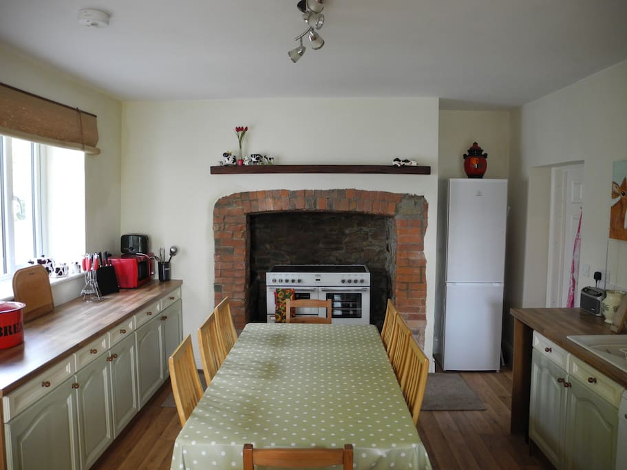Kitchen with electric range cooker and dishwasher