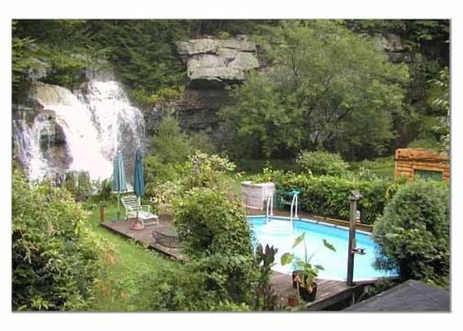 House with a view of a waterfall - Barryville - Hus