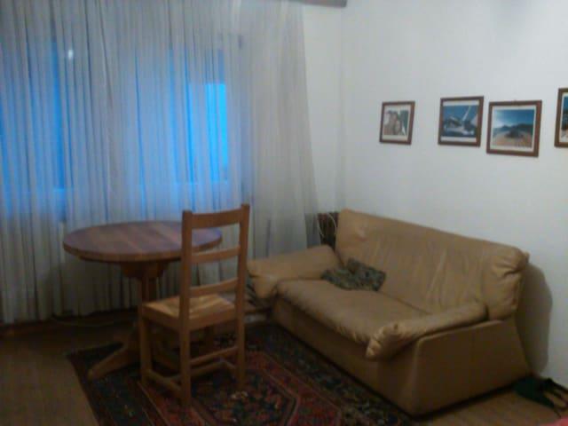 Ledercouch und Tisch im Zimmer