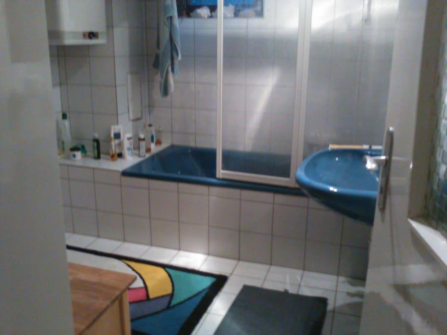 das Badezimmer wird auch vom Gastgeber genutzt