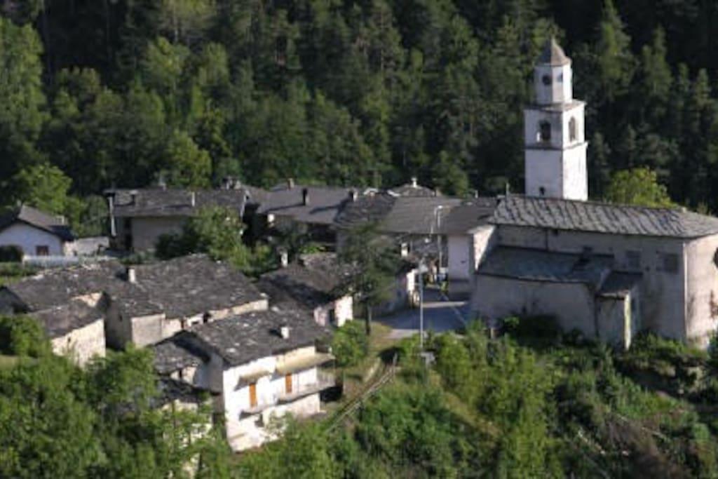 La Chiesa con una parte del paese