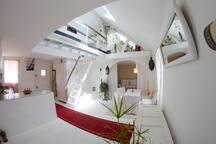 Cuisine ouverte sur la pièce à vivre. Vue sur le petit salon à l'étage avec la chambre (lit deux places).