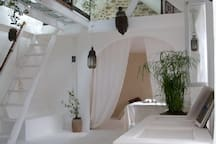 Vue sur le petit salon à l'étage avec la chambre (lit deux places).