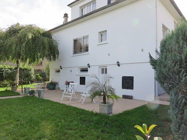 Charmante villa blanche - Yutz - Hus