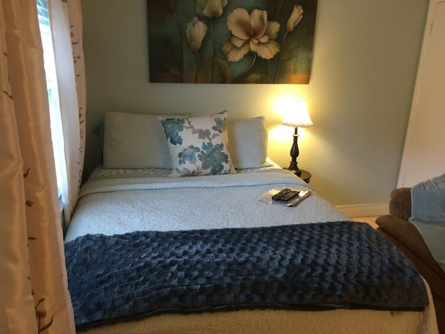 Beautiful queen bedroom - Greenacres - Casa
