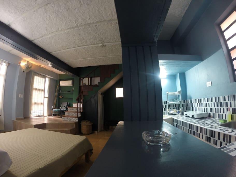 pequeña cocina y minibar