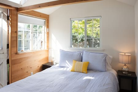 Detached guest room w/ queen bed - Santa Barbara - Haus