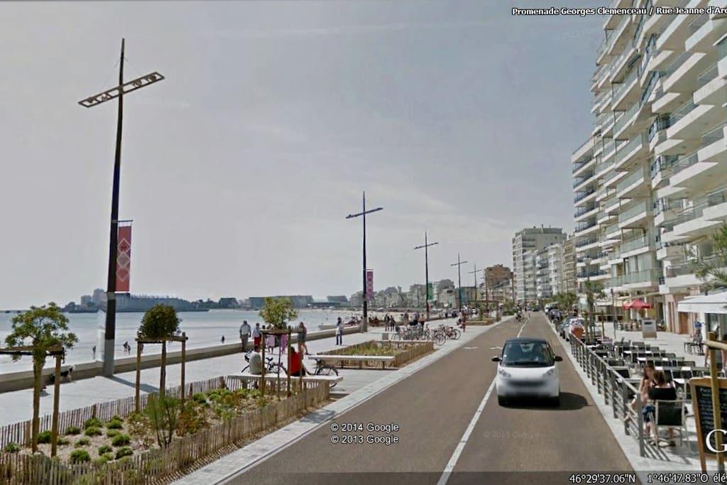 La vue donne sur la nouvelle promenade de la grande plage des Sables d'Olonne avec vue magnifique sur la baie des Sables