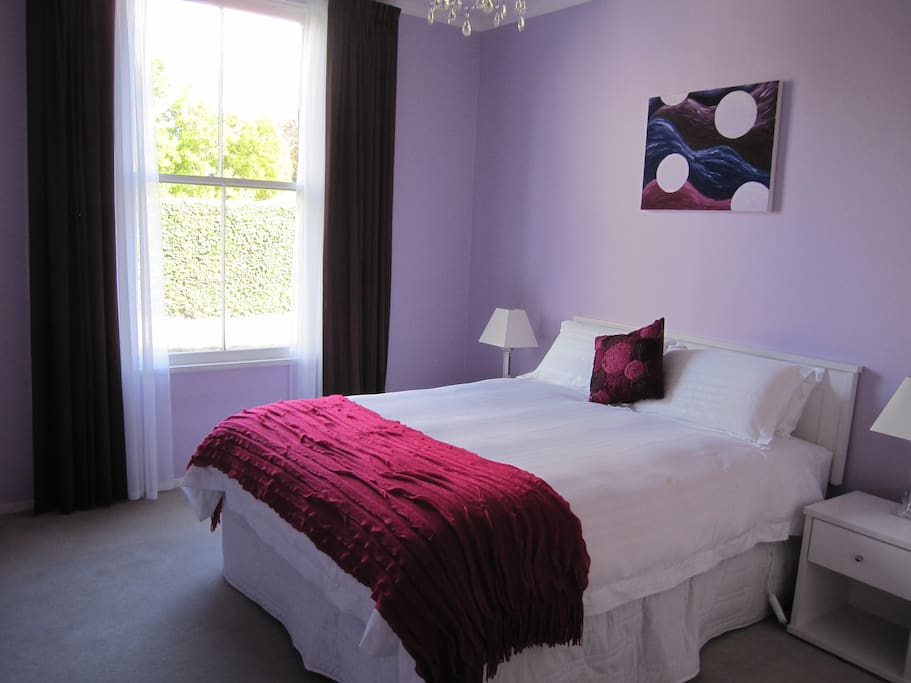 Lavender room - Elegant and bright with queens size bed