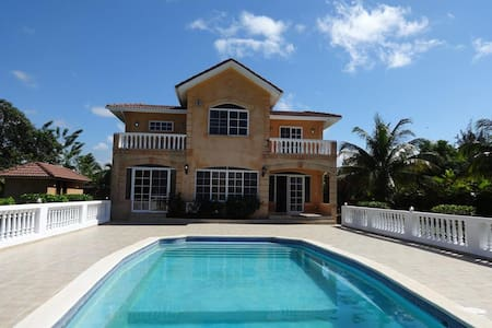 Exquisite grand 4bed 5bath and pool