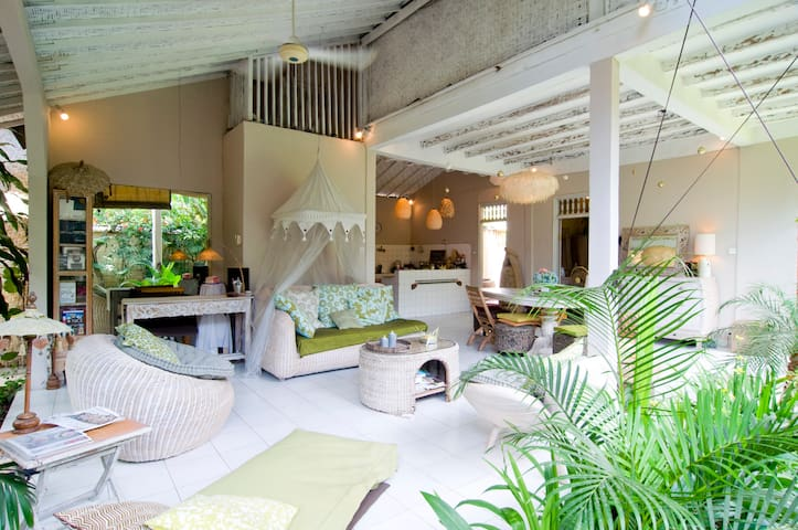 Authentic & Inspiring B&B Seminyak Manis Room
