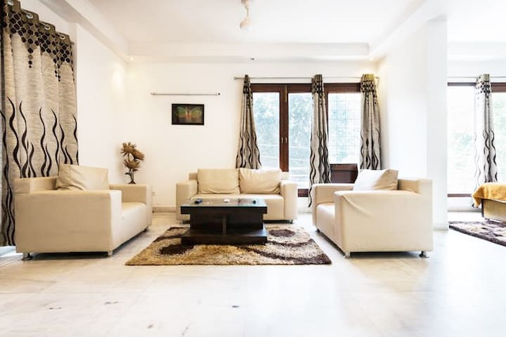 Private 1 Bedroom Apartment @ Greater Kailash - New Delhi - Betjent leilighet