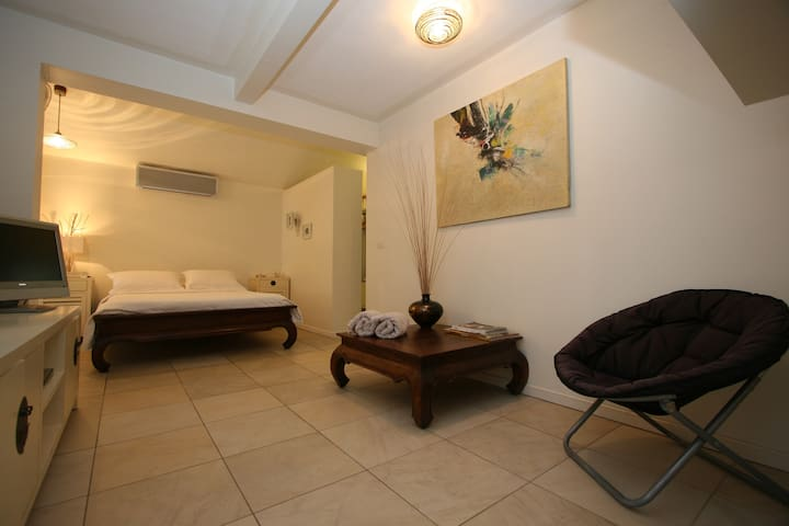 BEACHFRONT BEDSIT WITH ENSUITE - Machans Beach - 一軒家