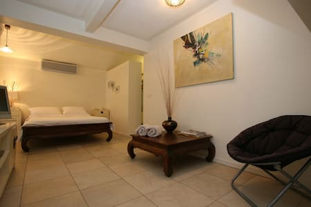 BEACHFRONT BEDSIT WITH ENSUITE - Machans Beach - Haus