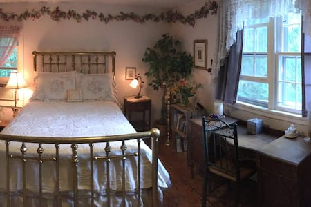 Amazing Grace B&B: Lilac and Roses Room - Bed & Breakfast