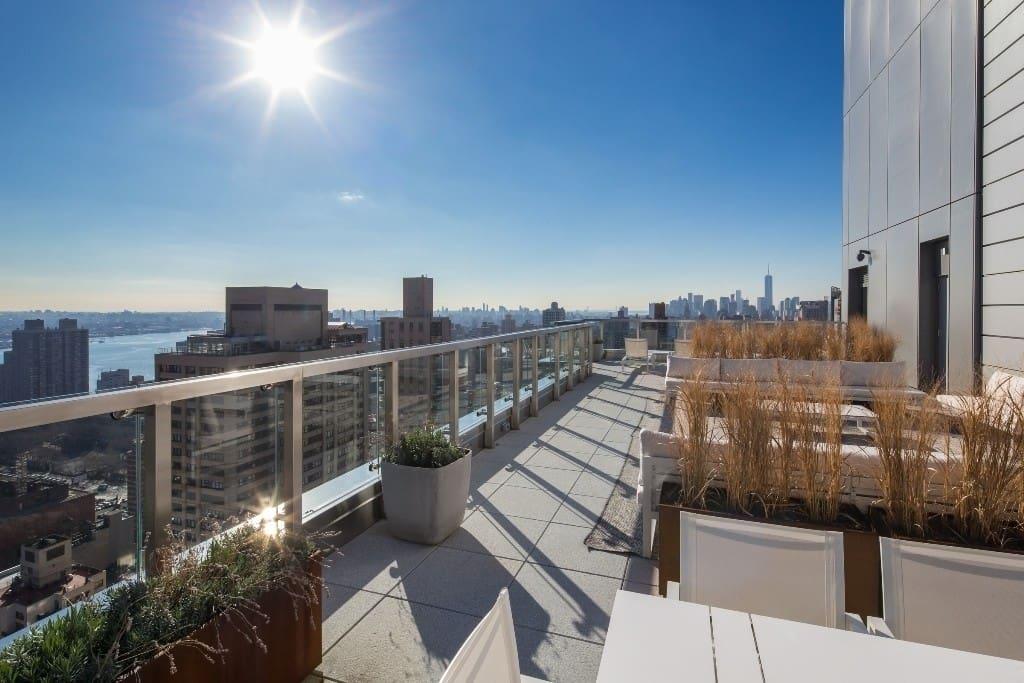 Fantastic rooftop overlooking Manhattan