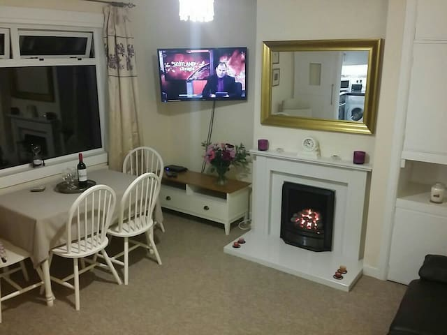 Cottage in Rosyth near Edinburgh+ WIFI & 61 x 5*s