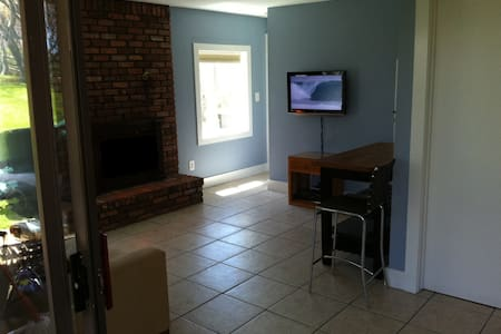 Walk to ditch! king bed suite/apt - Montauk