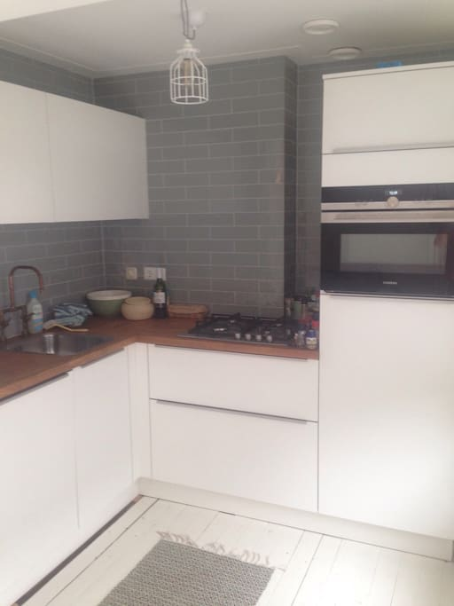 Fully equipped open kitchen with dishwasher and microwave-oven