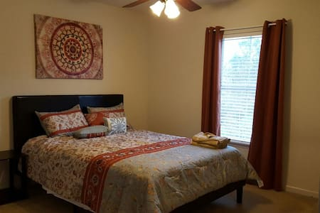 1/D Room in 5 BR bnb HM, Queen bed. - Palm Coast