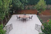 Table sur la terrasse du jardin