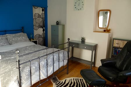 Stylish double room overlooking garden. - Smethwick