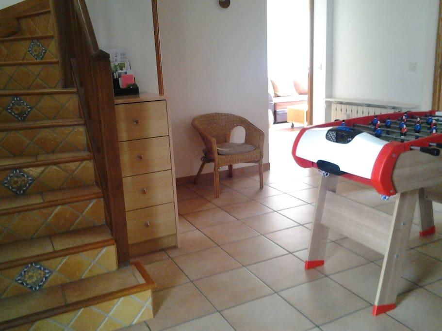 Entrée : baby-foot, penderie et rangement pour sacs et chaussures, bureau avec connexion internet (+ WC indépendant)